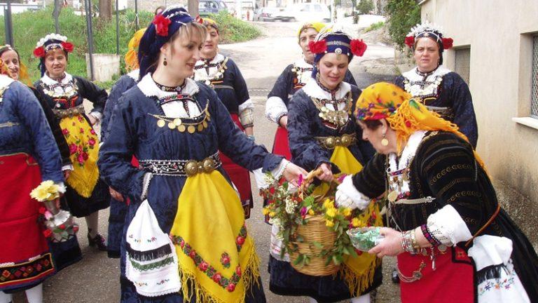 Πασχαλινά έθιμα: Τι είναι οι «Λαζαρίνες» και τα «Πασχαλόγιορτα» | Newsit.gr