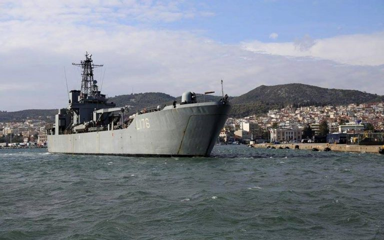 Λέσβος: Ολοκληρώνεται η μεταφορά των προσφύγων στο πλοίο | Newsit.gr