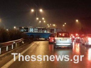 «Δίπλωσε» λεωφορείο στη Θεσσαλονίκη – Τραυματίστηκε ο οδηγός [pics]