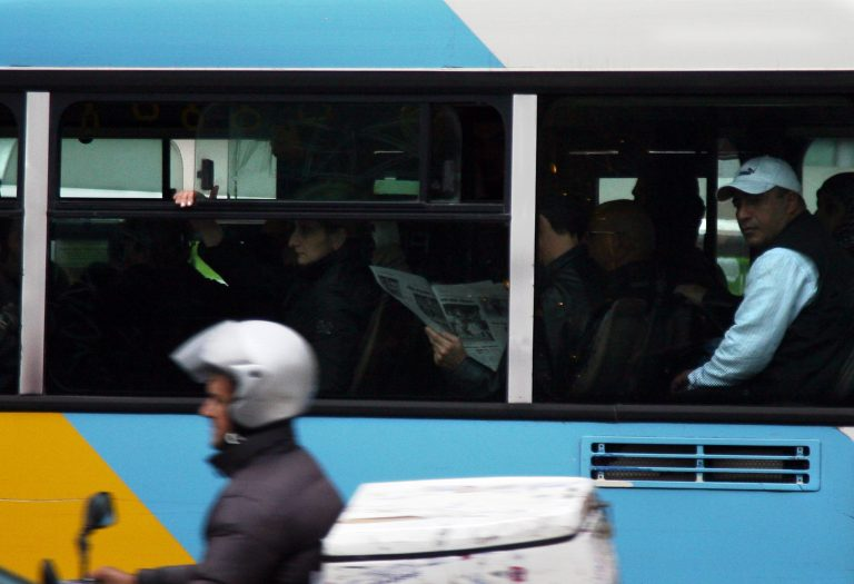 Πέταξαν πέτρες σε λεωφορείο με επιβάτες | Newsit.gr