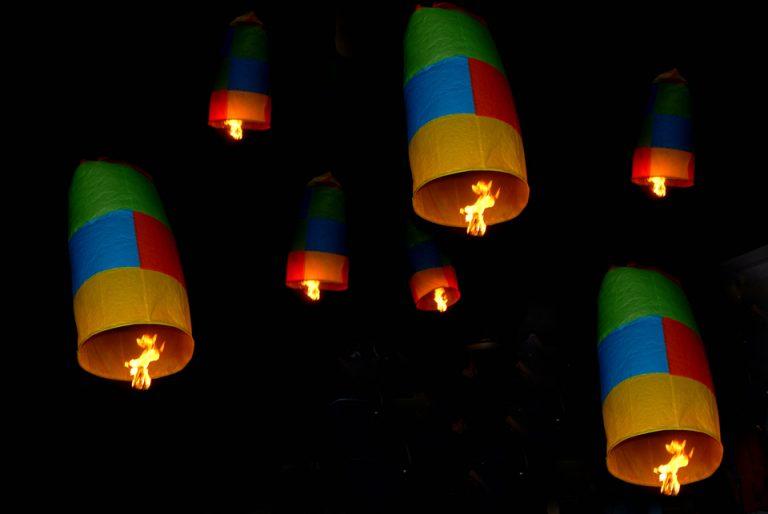 «Xριστός Ανέστη» με εντυπωσιακά αερόστατα στο Λεωνίδιο | Newsit.gr