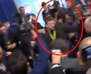 Βίντεο ντοκουμέντα: Η φρουρά της Λεπέν σπρώχνει δημοσιογράφο για να μην της κάνει ερώτηση!