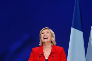 «Φορτσάρει» η Λε Πεν: «Ολιγαρχικό κουρέλι η σημαία της ΕΕ»!