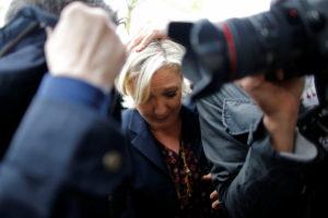 Πέταξαν αυγά στη Μαρίν Λε Πεν: Έξω οι φασίστες [vids]