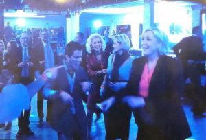 Alors on danse! Χορευταρού η Λε Πεν, το… «έκαψε» μετά την ήττα [vids]