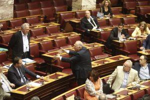 Τσαμπουκάδες από τον Λεβέντη στη Βουλή – Πλησίασε αγριεμένος τον Σκανδαλίδη – ΒΙΝΤΕΟ
