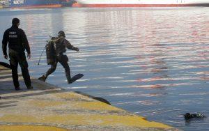 Έπεσε ΙΧ στο λιμάνι – Ψάχνουν να δουν αν είχε επιβάτες!