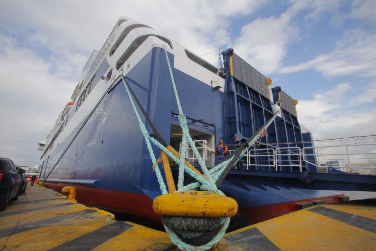 Δεμένα και την Κυριακή τα πλοία στα λιμάνια – Κοντά στους ναυτεργάτες η Παπαρήγα | Newsit.gr