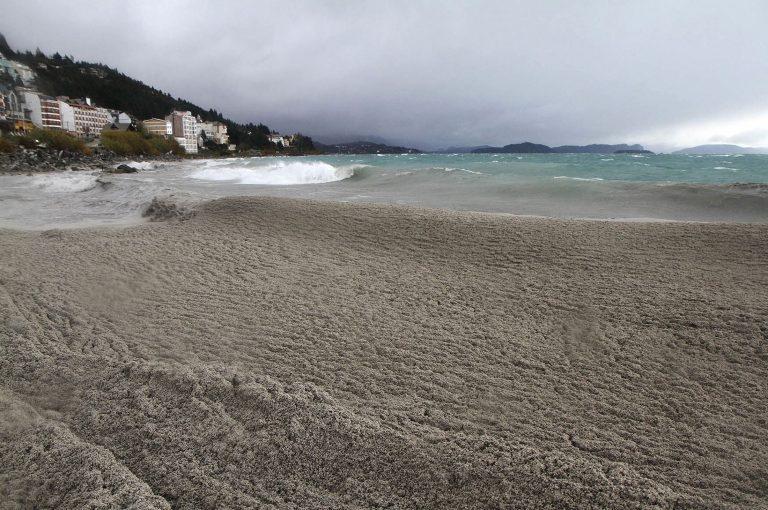 Τα καταγάλανα νερά της λίμνης έγιναν ωκεανός από στάχτη! | Newsit.gr