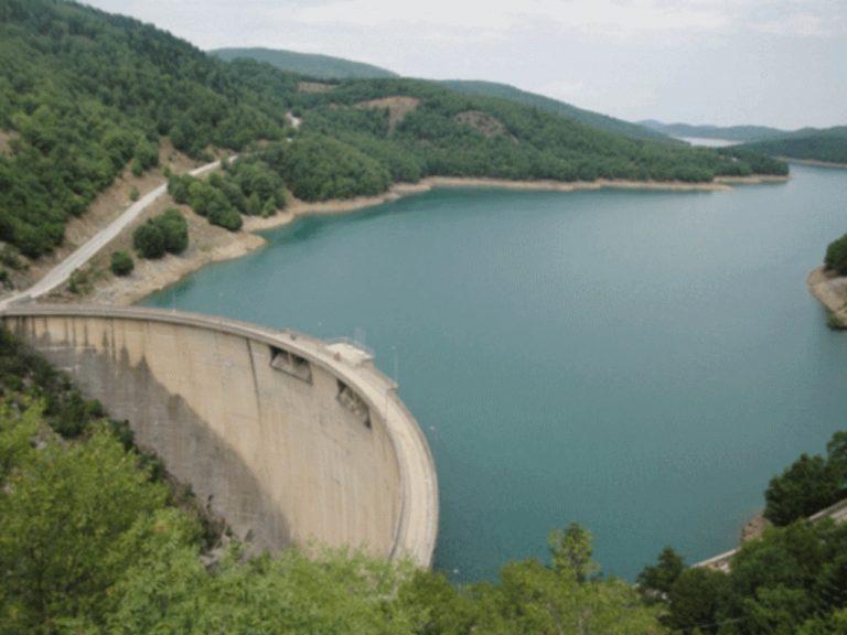Ξεχείλισε το φράγμα της λίμνης Πλαστήρα | Newsit.gr