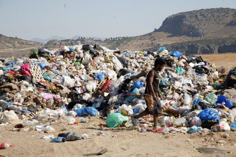 Τεράστιοι λόφοι σκουπιδιών στην Τρίπολη | Newsit.gr