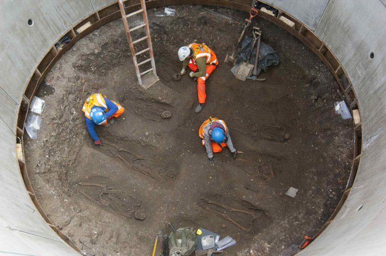 Ανακαλύφθηκε ομαδικός τάφος με θύματα του «μαύρου θανάτου» | Newsit.gr