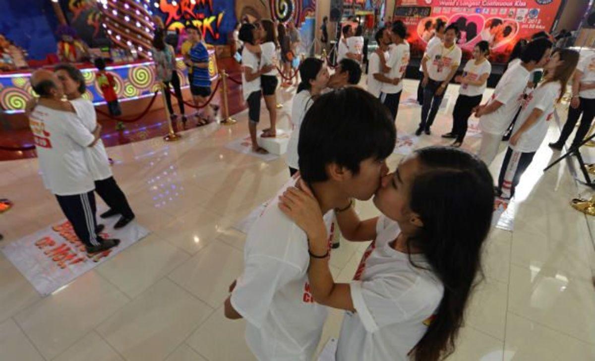 Μπήκαν στο Γκίνες με… μαραθώνιο φιλί! (ΒΙΝΤΕΟ) | Newsit.gr