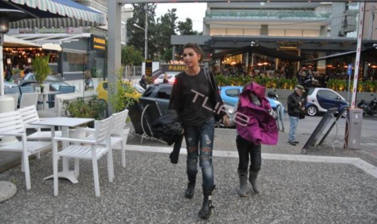 Ν. Λοτσάρη: Βόλτα με την κόρη της στη Γλυφάδα! | Newsit.gr