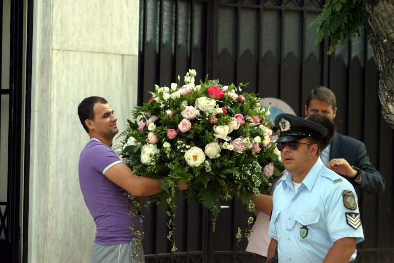 Γέμισε λουλούδια το Μαξίμου! Ευχές για περαστικά στον πρωθυπουργό (ΦΩΤΟ)   Newsit.gr