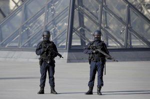 Αρνείται να μιλήσει στις αρχές ο δράστης της επίθεσης στο Λούβρο