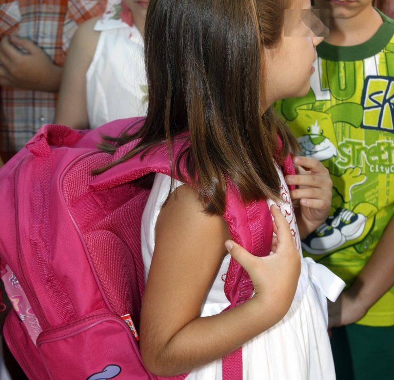 Ευρυτανία: Άνοιξαν την τσάντα μαθήτριας δημοτικού και »πάγωσαν»! | Newsit.gr