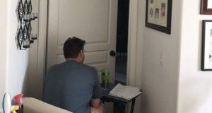 Κάθεται έξω από το δωμάτιο της συζύγου του όσο αυτή κάνει χημειοθεραπεία, για να της κάνει παρέα [pic]