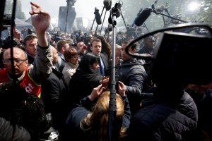 Γαλλία – Εκλογές: Με γιουχαΐσματα υποδέχτηκαν τον Μακρόν εργαζόμενοι της Whirlpool [vids]
