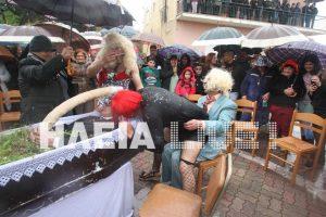 """Ηλεία: Η """"κηδεία"""" του Αλέξη Τσίπρα και η χήρα που… δεν κρατιότανε με τίποτα (Βίντεο)!"""
