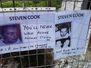 Στίβεν Κουκ: Λουλούδια και μηνύματα στο σημείο που βρέθηκε ο σκελετός του Βρετανού [pics]