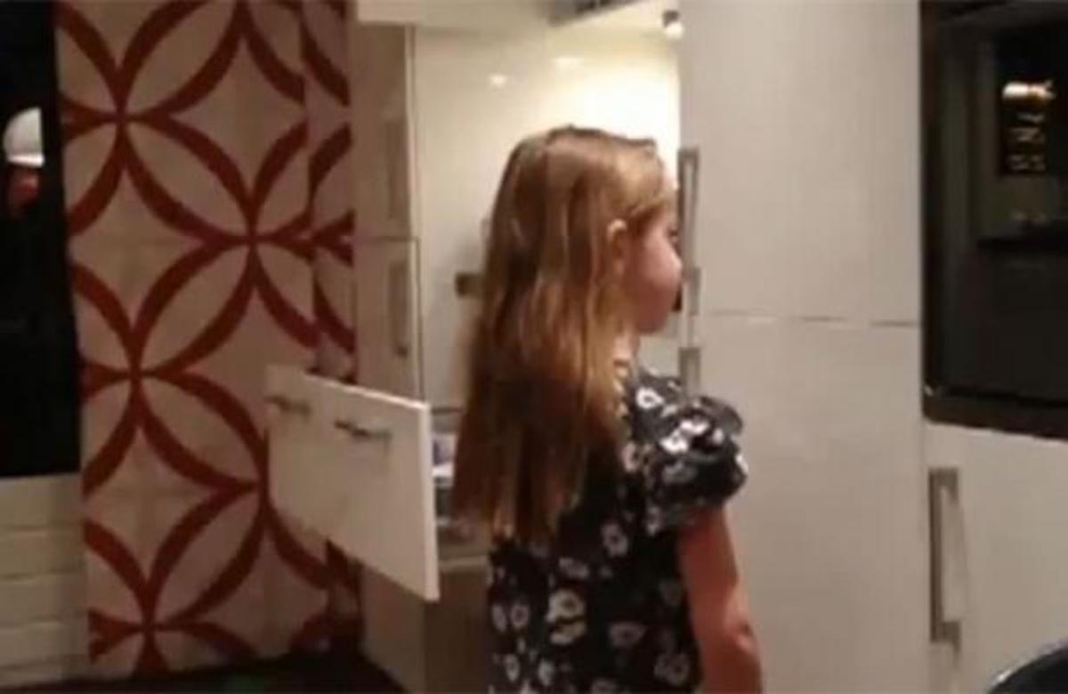 ΔΕΙΤΕ προσεκτικά τι θα συμβεί στα μαλλιά της μικρής κοπέλας! | Newsit.gr