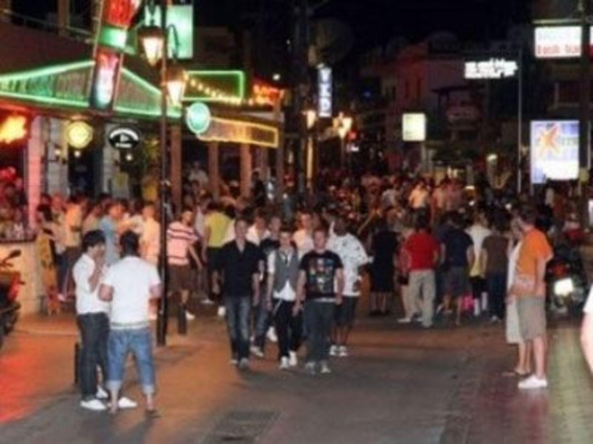 Άφραγκος τουρίστας τα »έσπασε» σε κατάστημα στα Μάλια | Newsit.gr