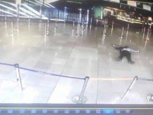 Παρίσι: Άνανδρη επίθεση του δράστη σε στρατιωτίνα πριν πέσει νεκρός!