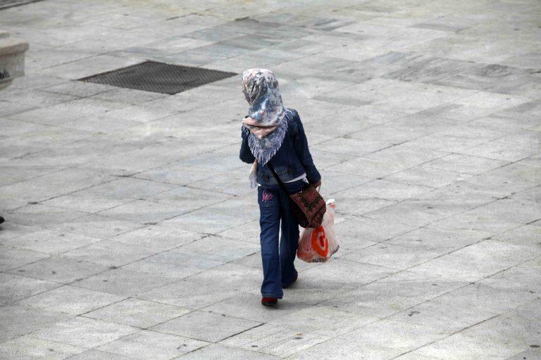 Σε απαγόρευση της μαντίλας σε όλους τους δημόσιους χώρους προχωρά το Βέλγιο | Newsit.gr