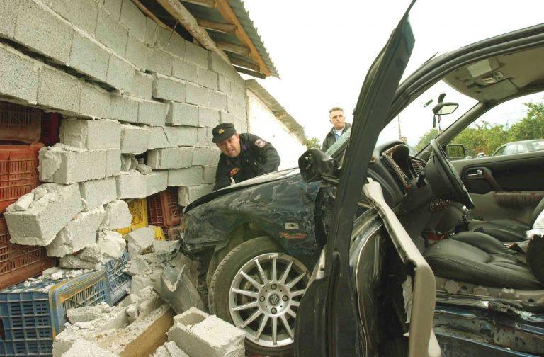 Αταλάντη: Έπεσε με το αυτοκίνητο σε μαντρότοιχο | Newsit.gr