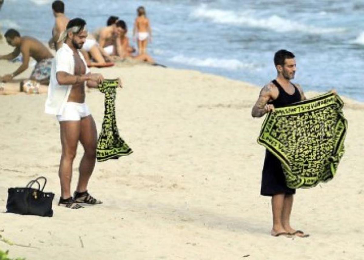 Με τι τσάντα και πετσέτα πήγε ο Μarc Jacobs στην παραλία; | Newsit.gr