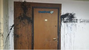 Κάρφωσαν… τσεκούρι στην πόρτα του γραφείου του Μάρδα! [pics]