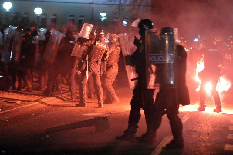Άγρια νύχτα συγκρούσεων στη Σλοβενία (ΦΩΤΟ και VIDEO)   Newsit.gr