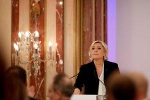 Μαρίν Λε Πεν: Οι Έλληνες πληρώνονται με κουπόνια