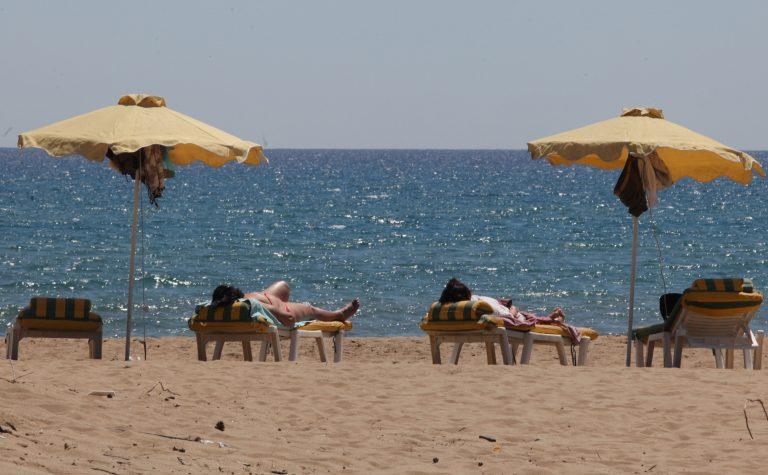 Χανιά: Μασάζ στην… παραλία από παράνομους μετανάστες | Newsit.gr