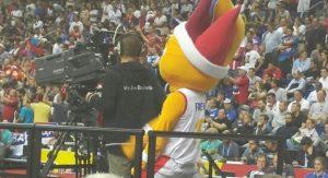 Eurobasket 2015: Η πονηρή μασκότ που τρέλανε τον καμεραμάν (VIDEO)