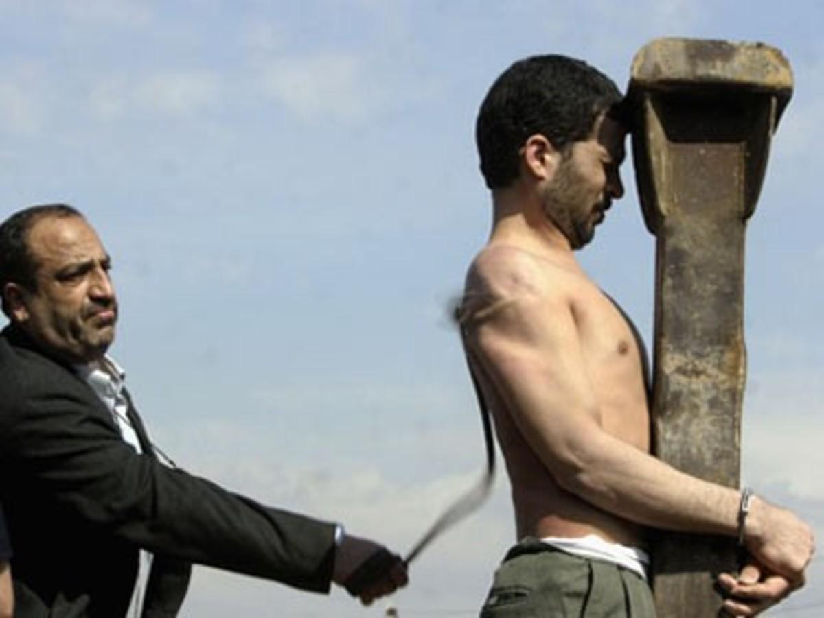 Μαστιγώθηκαν δημοσίως για ανήθικες πράξεις | Newsit.gr