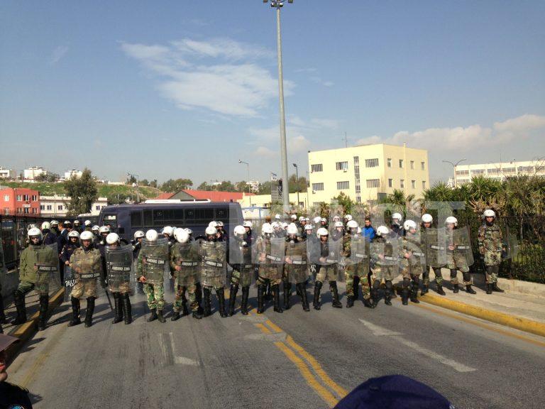«Μπλόκο» των ΜΑΤ στην πορεία του ΠΑΜΕ στο ΥΕΝ   Newsit.gr