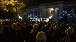 «Ψίχουλα μας δίνει ο Τσίπρας»! Περίπου 5.000 συνταξιούχοι στο κέντρο της Αθήνας [pics, vid]