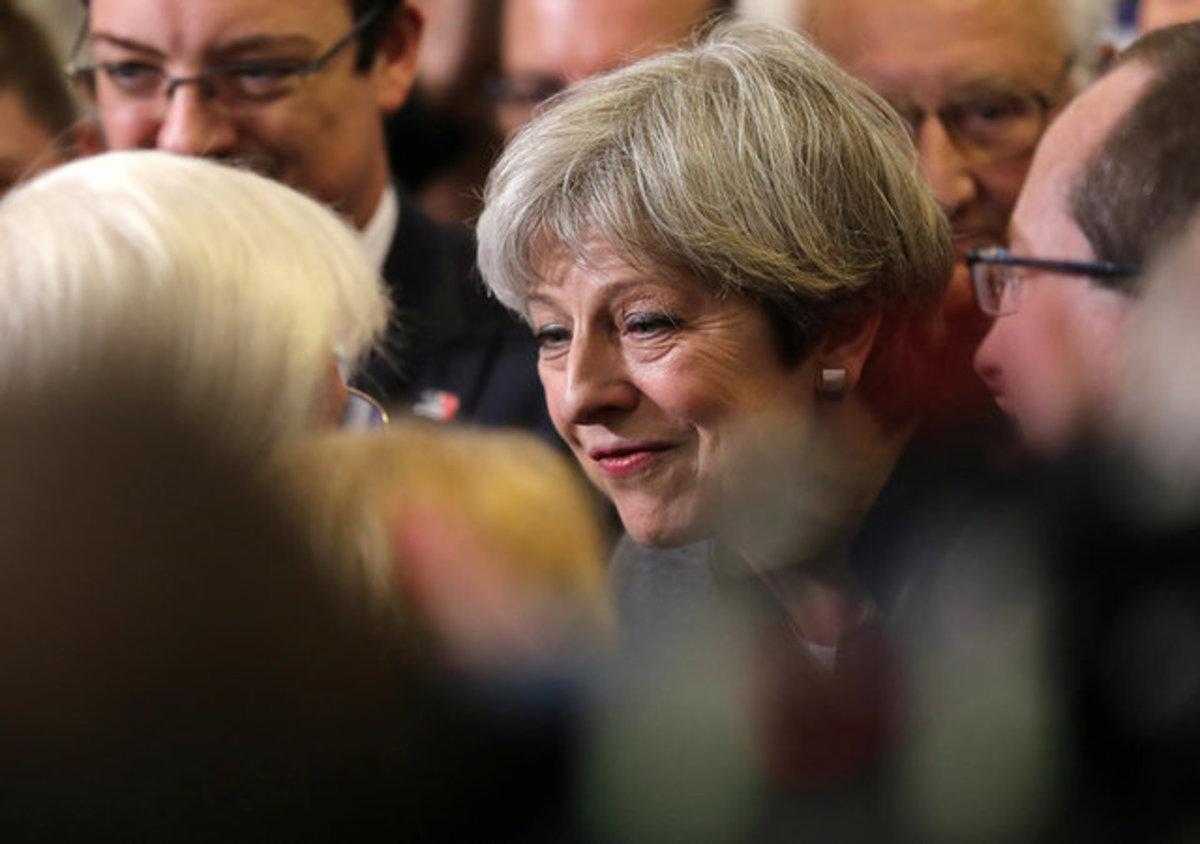 Βρετανικές εκλογές – Δημοσκόπηση: Συντριπτική νίκη της Τερέζα Μέι
