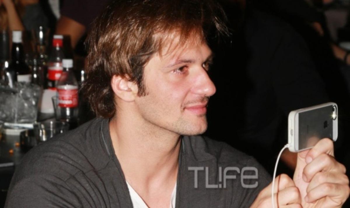 Δ. Μάζης: Θαυμάζει και φωτογραφίζει με τον κινητό την σύζυγό του Μ. Μαγγίρα! | Newsit.gr
