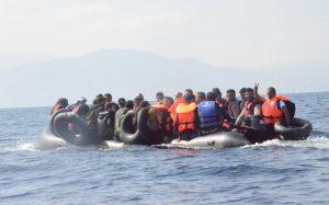 Οι πρόσφυγες, οι διακινητές, τα όνειρα και η αγωνία της μάνας στην «άλλη μεριά της θάλασσας»