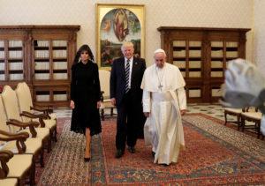 Η Μελάνια Τραμπ στο Βατικανό με μαύρο μαντήλι! [pics]