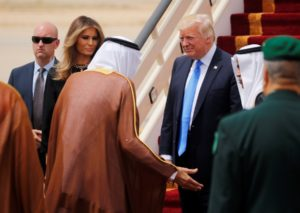 Μελάνια Τραμπ: Αγνόησε το πρωτόκολλο και έφτασε εκθαμβωτική στη Σαουδική Αραβία! [pics]