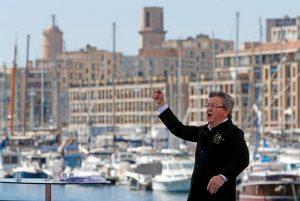 Με φόντο τη θάλασσα στην παραλία της Μασσαλίας, με ένα κλαρί ελιάς στο πέτο, ο Ζαν Λικ Μελανσόν έδωσε χθες μια «ομιλία- ωδή» για την ειρήνη και τη Μεσ