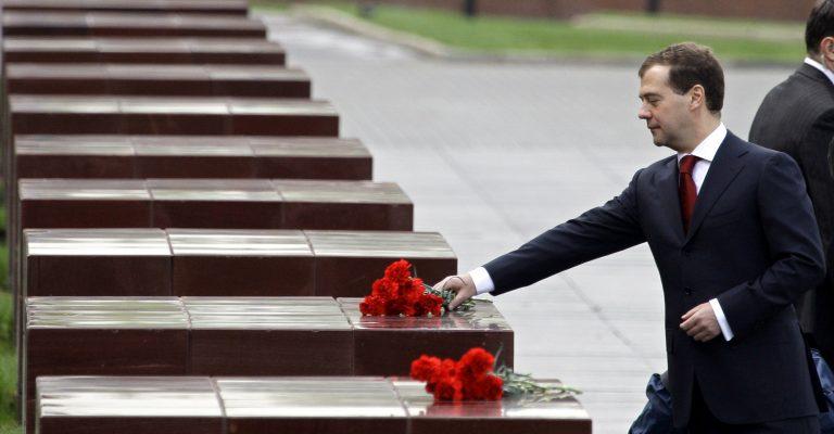 Ο Μεντεβέντεφ «καρφώνει τον φίλο του» Βλαντιμίρ Πούτιν | Newsit.gr