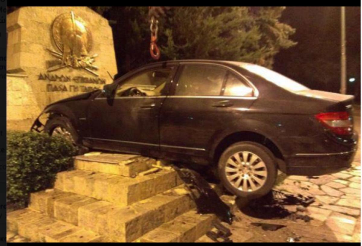 «Κατέθεσε» την Mercedes στο μνημείο! Απίστευτη φωτογραφία! | Newsit.gr