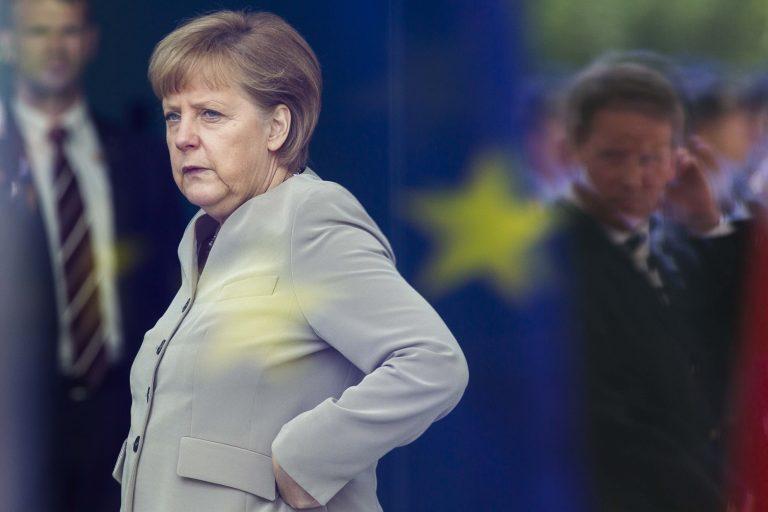 Η Μέρκελ δείχνει την τρόικα για χαλάρωση της λιτότητας στην Ελλάδα | Newsit.gr