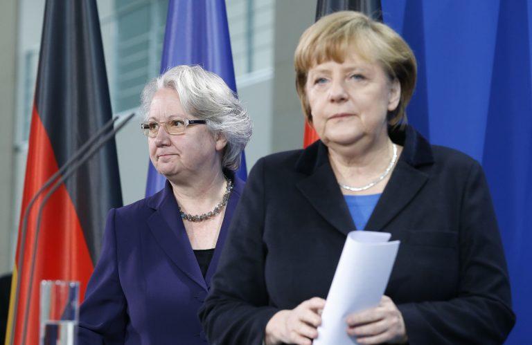 Η Μερκελ δεν την έσωσε – Παραιτήθηκε η υπουργός Παιδείας της Γερμανίας | Newsit.gr