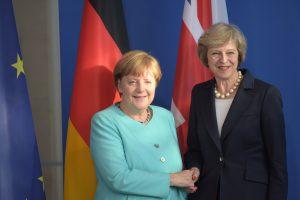 """Η Τερέζα """"δωροδόκησε"""" την Μέρκελ και εκείνη είπε: """"τελειώστε με το Brexit"""""""